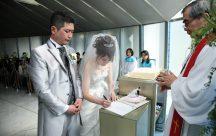 結婚証明書にサインをしっかりと刻みます。