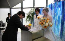 結婚承認のサインは、ふたりのキューピットのご友人に