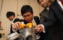ゲストによる果実酒作りのお手伝い