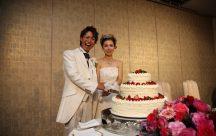 大きなウェディングケーキに入刀です♪